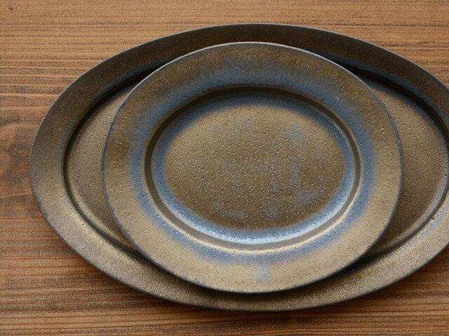 ゴールドのオーバル皿はサイズが2種類。ダブル使いで、より色っぽく。