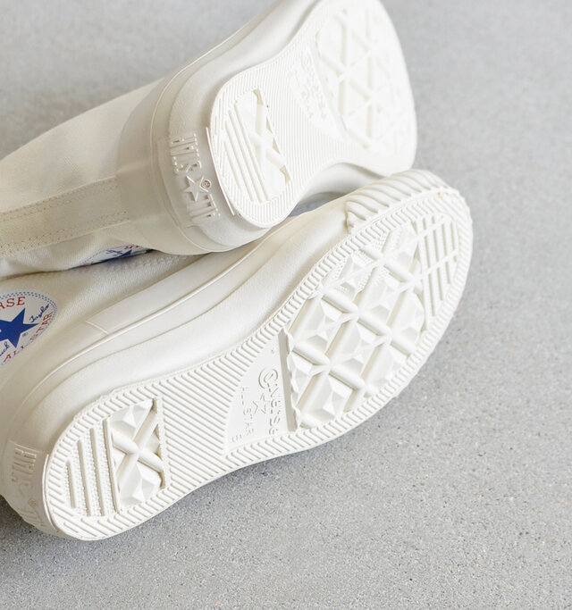 アウトソールはラバー製で、滑りにくく、安心して歩行できます。
