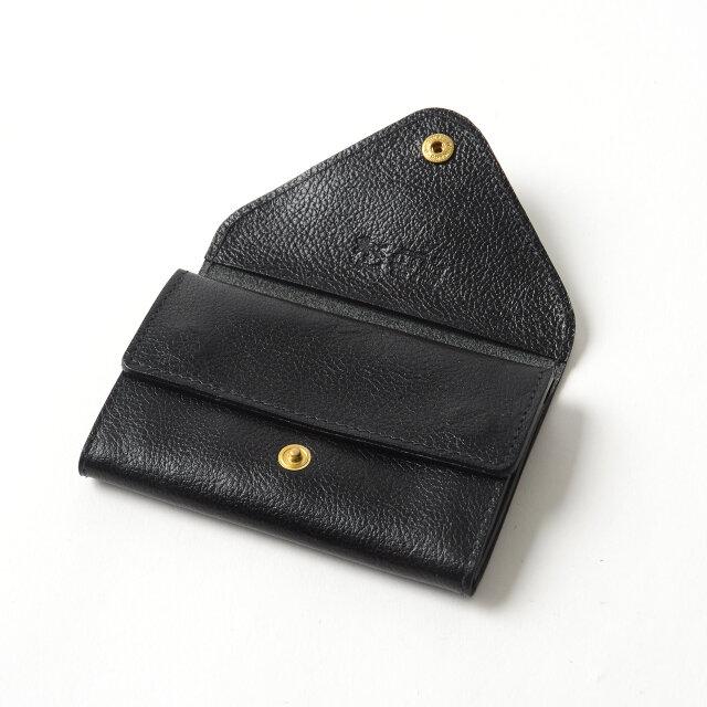 数枚のカードとお札、小銭などを収納できる2つのポケットを備えており、カードケースとしてだけでなく、ちょっとしたおでかけに便利なコンパクトウォレットとしてもお使いいただけます。