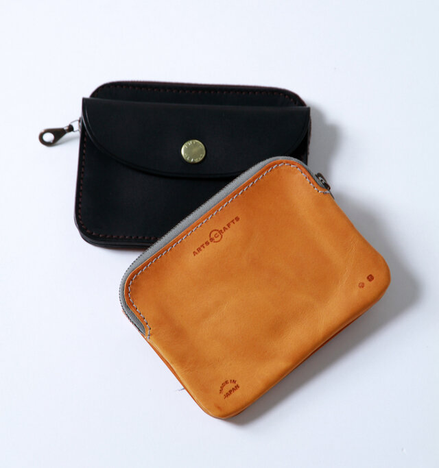 ファスナー・ステッチは同色を採用し、皮革との配色デザインになっています。皮革に型押しされたブランドロゴが雰囲気たっぷり。