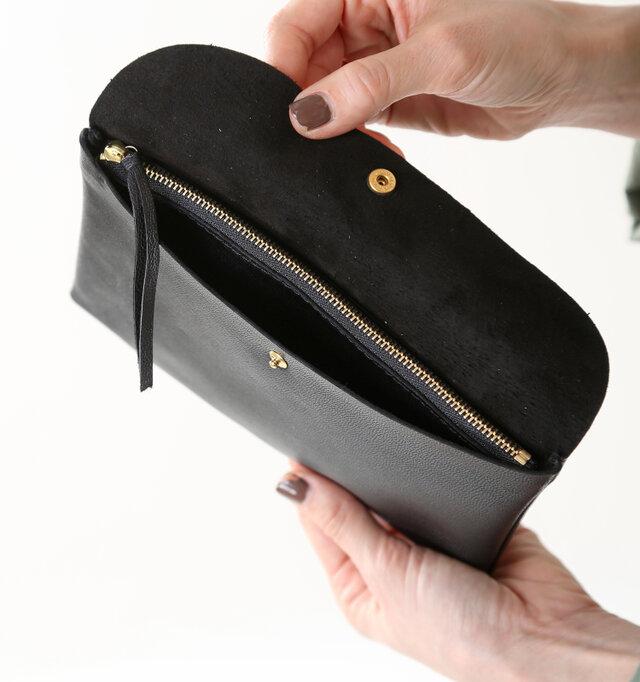 ジップタイプのコインポケットは引手付きで扱いやすい。