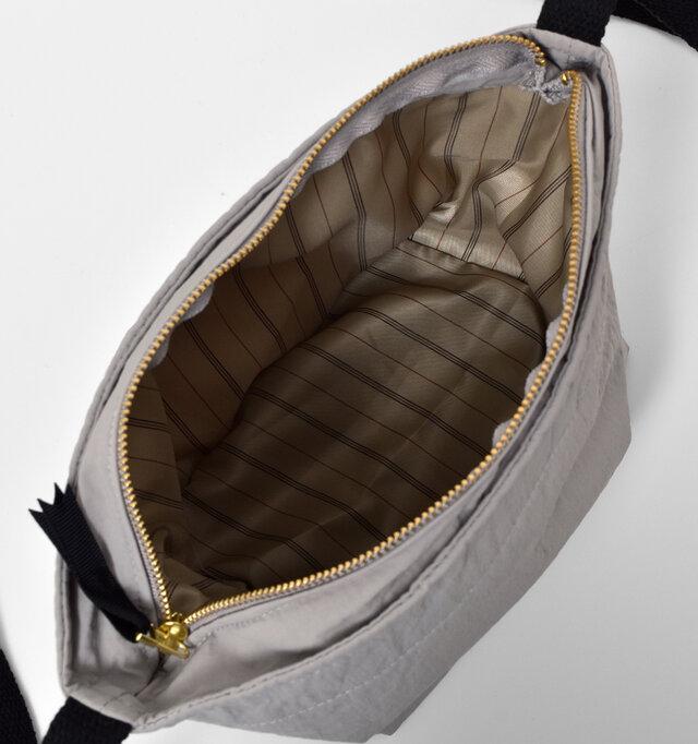 大きく開くので中身を見渡しやすいです。落ち着いたストライプの内張りは、なめらかな素材感。