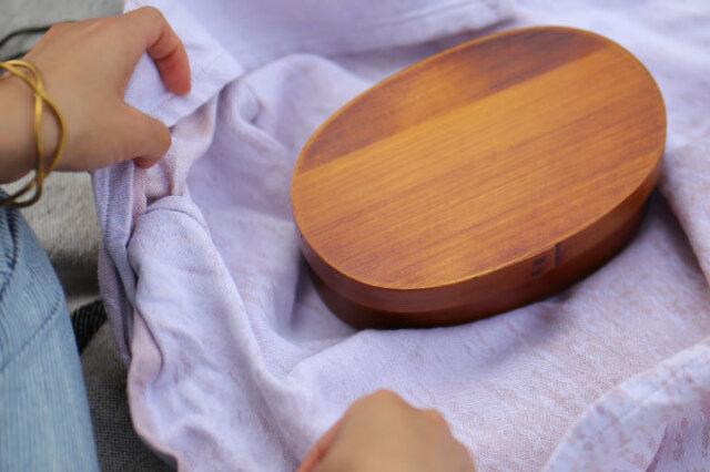いざ、木製のお弁当箱を使おうと思ったら、 想像通りいろいろな疑問が出てくる出てくる。(笑) 例えば、 木製だからご飯つぶがべっとりつくんじゃない?とか、 お弁当の具材で水分の多いおかずは滲み出てきそう‥とか。 湿気は大丈夫?ちゃんと洗える?洗剤は使えるの?などなど、 初歩的ですが、当然気になるところがたくさんです。