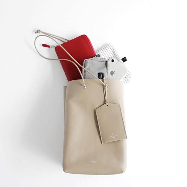 携帯や長財布などが縦に入る、普段のお出かけに十分な大きさです。