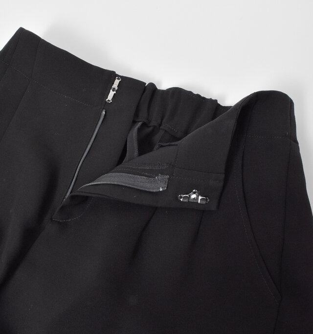 開閉はファスナー+フックで安心感のある穿き心地。 両サイドにはシンプルをポケットをデザインしています。