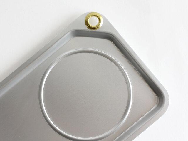 角のハトメは、デザインのアクセントになっているだけでなく、食器を洗い終えた後や収納時に掛けて置くのにも便利。カラビナを取り付けてアウトドアシーンで使うのもおすすめです。