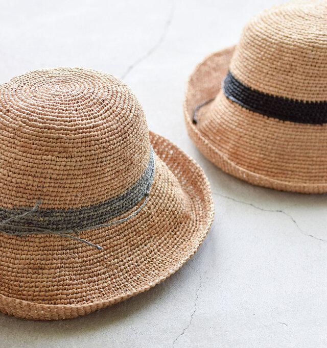 ラフィアを編んだナチュラルな風合いのハットが「Le voyage en panier」より届きました。粗密のある編み目には清涼感があり、これからの季節のコーデにぴったり。長めのつばで日焼け対策も万全です。お気に入りの帽子で日差しもへっちゃら!涼やかなコーディネートでお出かけしましょう♪