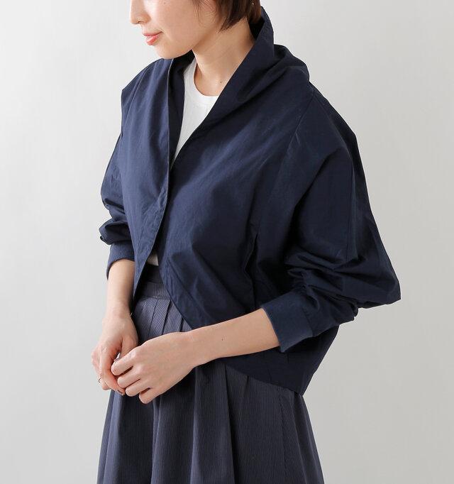 リブ袖だから叶う、くしゅっとした袖。伸縮性のあるリブ袖だからできるふんわりとしたシルエットが、女性らしさを引出します。