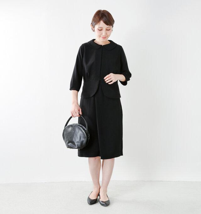 model yama:167cm / 49kg color : black / size : 38   しなやかなとろみ素材で作った、軽くて快適な着心地のジャケット。きちんと感があり、ほんのり甘さが漂う女性らしいフォーマル服に仕上がっています。セットアップで着られる同素材のスカートやワンピースもご用意しています。