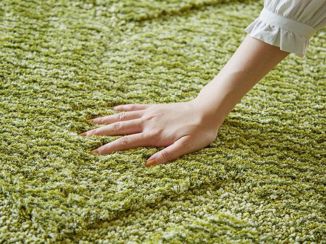 程よくボリューム感があり、マイクロファイバー糸を使用したふかふかの踏み心地のタフト織りラグです。