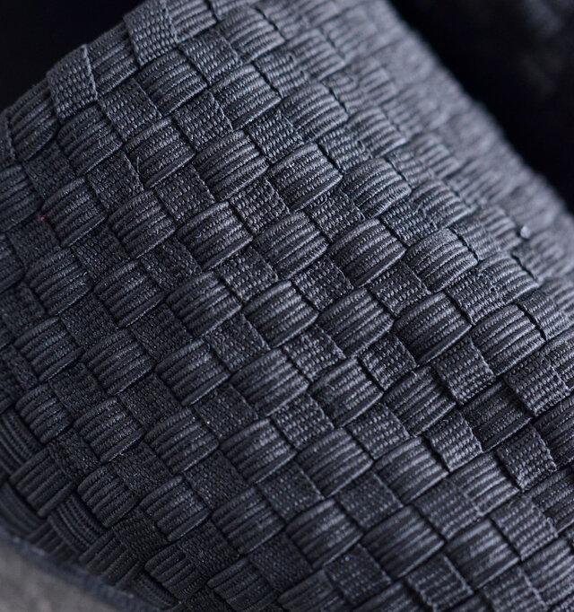 丁寧に編み込まれたアッパーは、平ゴムの素材なので通気性が良くストレッチ性があり、快適です。