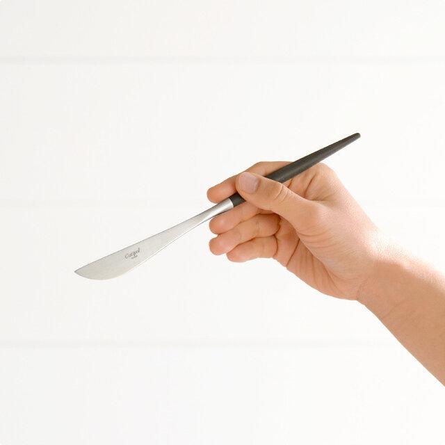 ステーキ、ハンバーグなどの食事の時に、ディナーフォークと一緒にお使いください。 セットとして揃えられる場合は、同じサイズ感のディナーフォーク、テーブルスプーンがおすすめです。