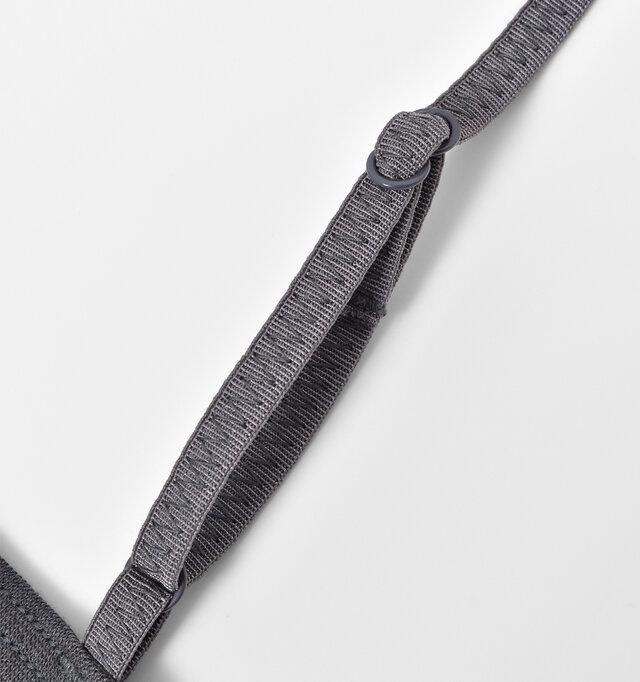 華奢なストラップはバツグンの伸縮性。簡単にサイズ調節できます。