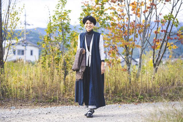 カシュクールカーディガンはぴったりと着れてかさばらないので、重ね着のさし色としても活躍します。