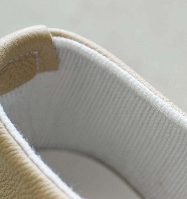 ライニングはコットン張りのやさしい肌当たりなので、素足でも心地よく履いていただけます。