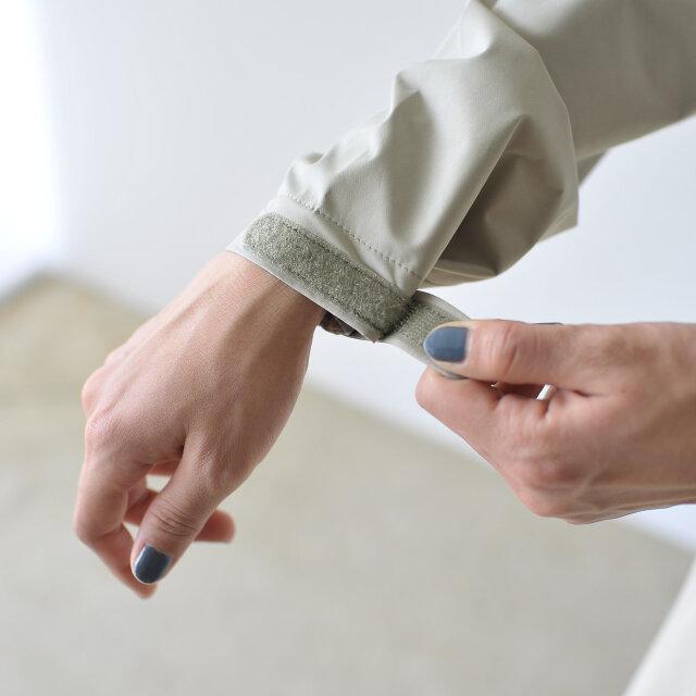 袖口はフィット調節可能なベルクロ仕様です。