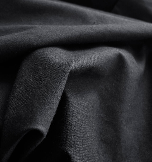 耐久性の高いホースクロス(馬布)にウォッシュ加工を施すことでハリとコシは残し、無骨さと優しい柔らかさの二面性を持たせた素材です。