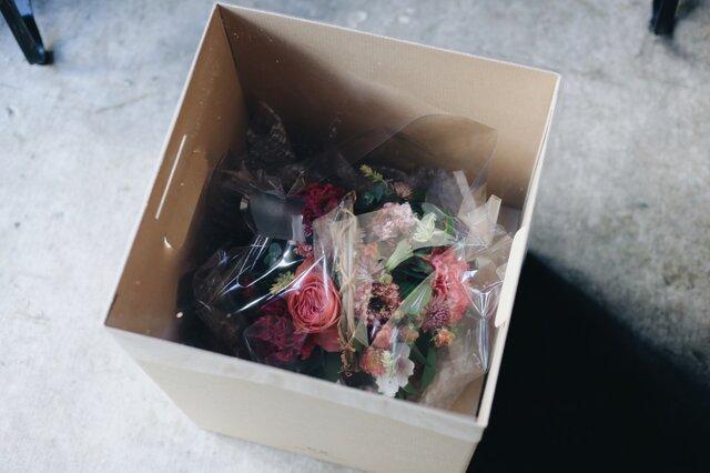 花が傷や痛みを最低限に抑えるために設計した、オリジナルの専用ボックスでお届けします。