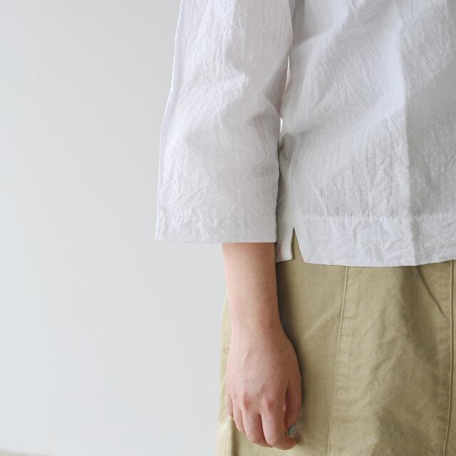 軽やかな7分袖で女性らしい丈感。 腕時計やブレスレットなどのアクセサリーがよく映えます。