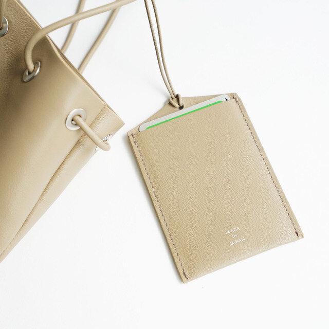 紐で付けられるカードケースも付属しています。外側に付ければ、ICカードなどの決済時にも便利です。