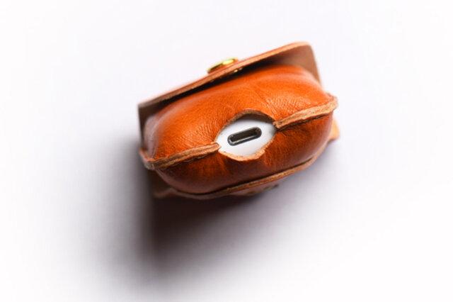 底面には穴を開けているので、有線の充電はケースをつけたまま可能です ※ワイヤレス充電の際はケースから本体を取り出してください