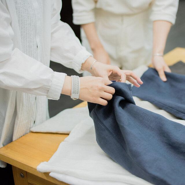 「ずっと大切に着ていただける物」をイメージして肌触りや生地の厚みなどもしっかりとチェックしていきます。
