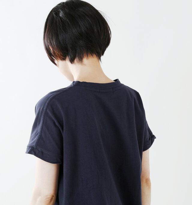 切り替えのないデザインで肩に馴染むラインをつくり、アームホールも締め付けがない程よい開き具合。腕をスッキリ細く見せてくれます。