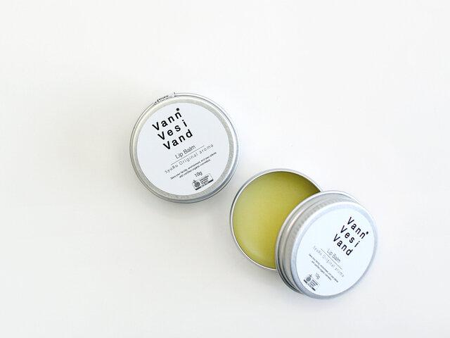 シンプルで小ぶりのパッケージは、持ち運びにも便利。外出先でも優しい香りが心を癒してくれるアイテムです。ちょっとしたギフトにもぴったりです。
