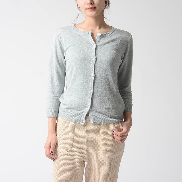 軽やかな7分袖で手首を華奢に、女性らしく演出。 ボタンをすべて留めてカットソーのように着てみたり、ラフに羽織っても良しの使い勝手のいい一枚です。