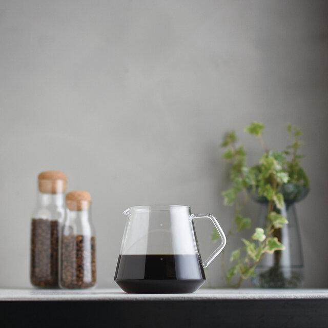 耐熱ガラス製の直線のフォルムが印象的なサーバーは、コーヒーが落ちる様子を目で確かめられ、抽出量の目安となる目盛り付き。