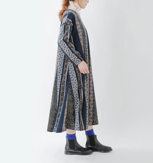 ゆったりした身幅に比べ、ややスッキリとした袖。上着が重ねやすいストレートな袖型となっています。