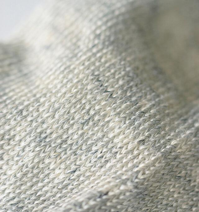 薄手でリネンらしいシャリ感のある気持ちいい風合いに編み立てられています。