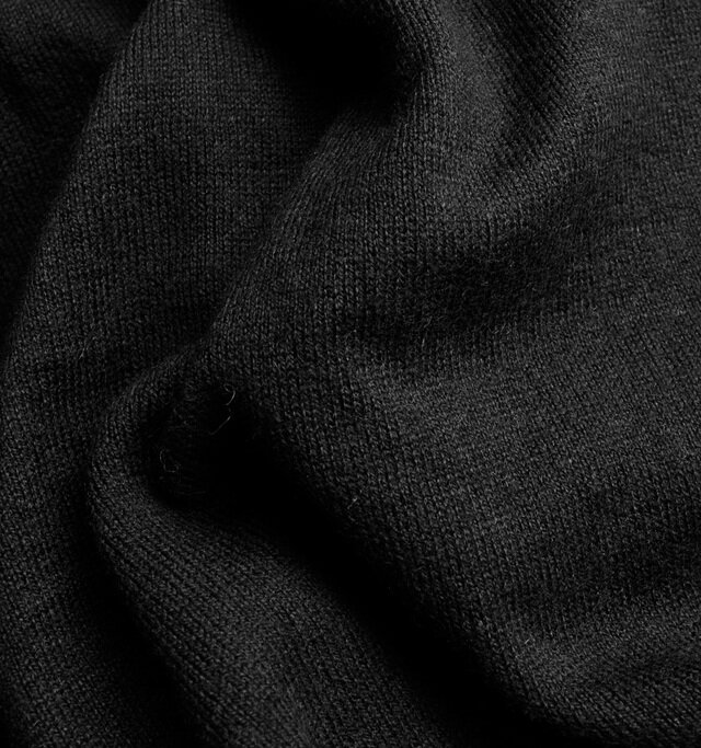 生地にはコットンに「シルク」と「カシミヤ」を混紡したものを使用。 しっとりとした上質な肌触りが特徴的です。