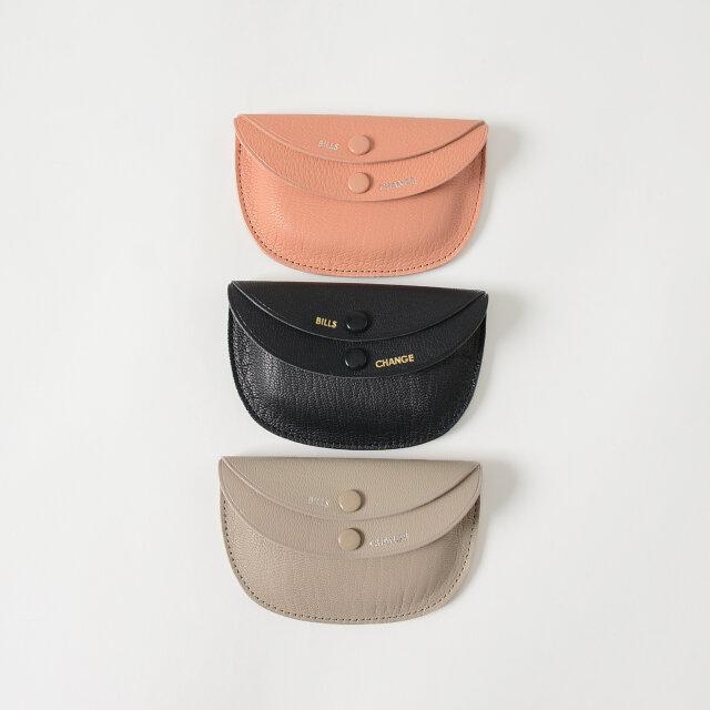カラーは「sand pink」「navy」「sand grey」の3色をご用意。独創性のあるダブルフラップや半円型のフォルム、背面にはスタンダードなカードポケットが付いています。