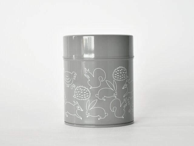 ちょこんと小さめのMサイズは、コーヒー豆なら約200g入れることができます。 お菓子を入れたり、デスクの上の小物などをまとめるのにも使えそう◎ グレー地にホワイトのプリントです。