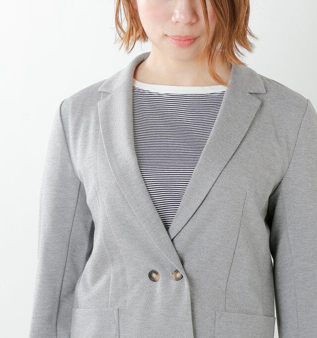 カーディガンライクに軽く羽織れる、カットソーのジャケット。きちんと感のあるテーラードカラーで大人カジュアルにしっくり馴染みます。
