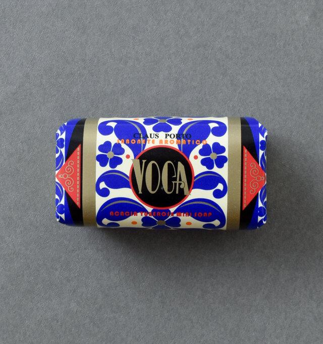 VOGAの香りは、ポルトガル産のアカシアの花と甘いチュベローズが合わさっています。ミモザとムスクがブレンドされた香りは、軽やかでありつつも魅惑的な香りを作り出します。パッケージデザインは、この香りのフェミニンでミステリアスな印象を表現しています。