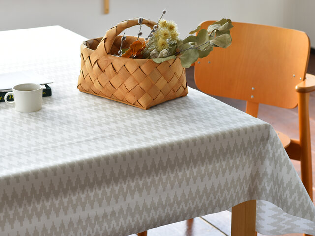 テーブルクロスやテーブルランナー、ランチョンマットにおすすめですが、通常の生地と風合いが似ておりますので、ポーチやバッグなどを作られるのもいいですね!