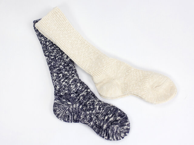 ソックスは、太番手のコットンスラブ糸に和紙の糸をブレンドし、ゆったりと甘く編み上げられています。丈夫で通気性が良く、ムレにくいのがうれしいポイント。