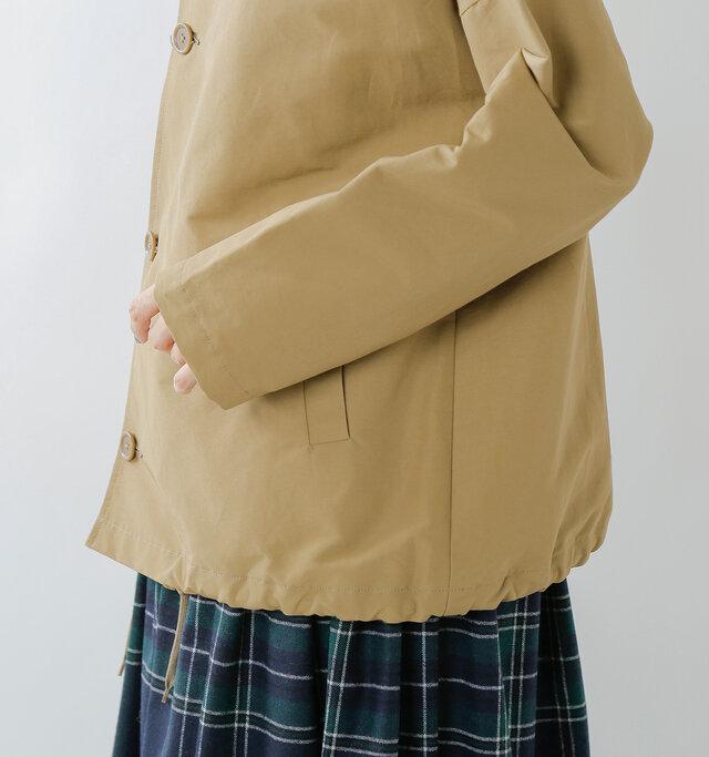 裾の内側にはドローコードを配置。紐を絞ることでコクーンシルエットになり、ボトムスに合わせて着こなしのアレンジも楽しめます。