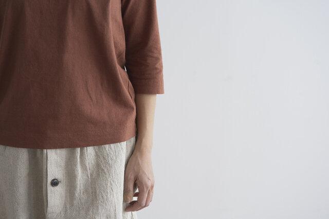 七分袖はとっても着回しがおすすめな一枚。インナーとしても、トップスとしても使いやすい袖の長さです。