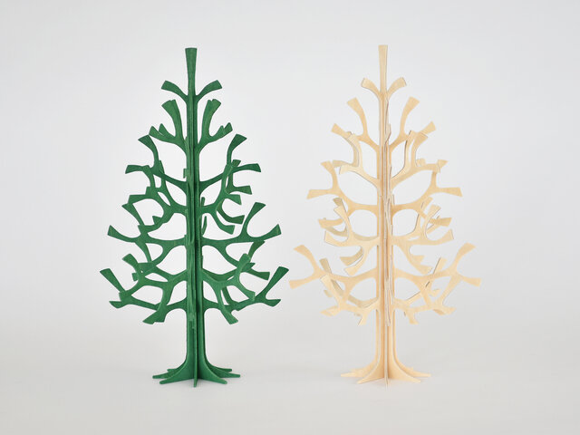 サイズは高さ25cm。玄関や棚に飾っていただくと、空間の雰囲気がガラリ。ほっこりとしたクリスマスを運んできてくれます。カラーは2色。ナチュラルとダークグリーンからお選びいただけます。