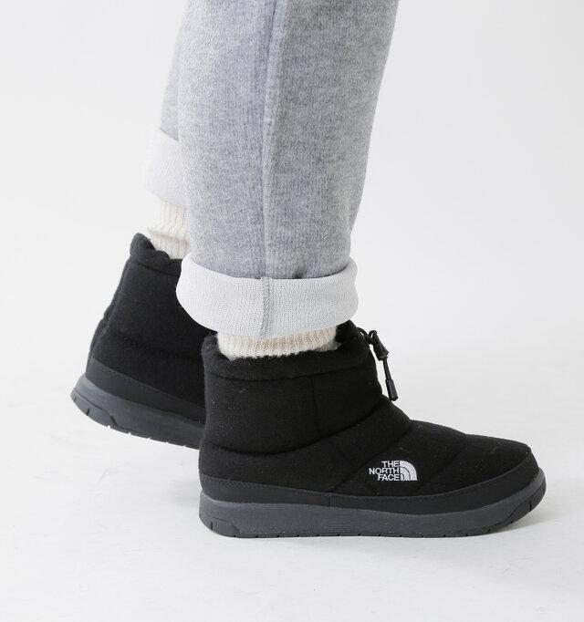 軽快さを感じるショート丈のブーツ。日常のコーデにも取り入れやすく、ボリューム感あるフォルムがポイントです。