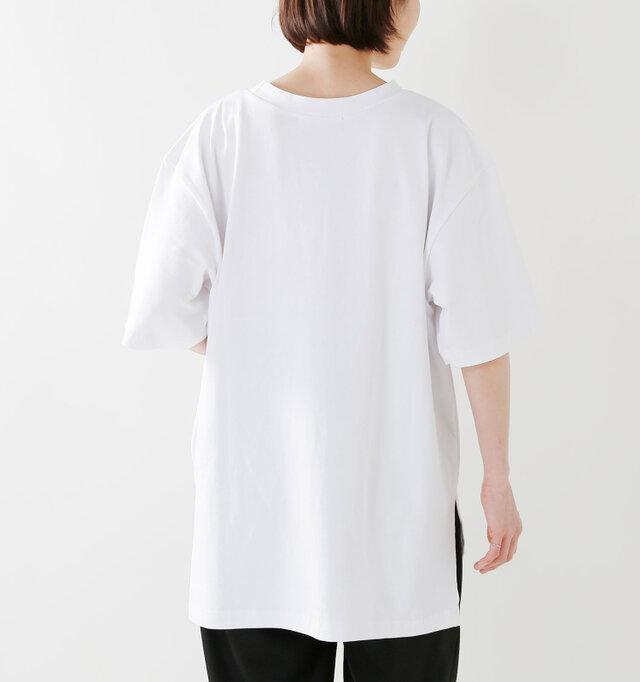 背面はシンプルな無地。腰周りまですっぽりと覆うので細身のパンツにも自信がもてるデザインです。