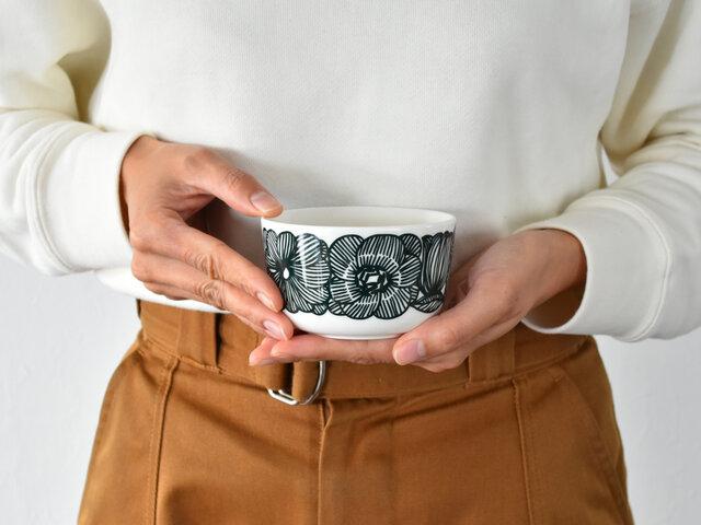 コロンとしたフォルムがかわいい小ぶりのボウルは、スープやサラダ、デザートにもピッタリ。ちょっとしたものがちょうどよく入るので、毎日の食卓で大活躍してくれる食器となってくれます。使う度楽しい気分にさせてくれそうですね。