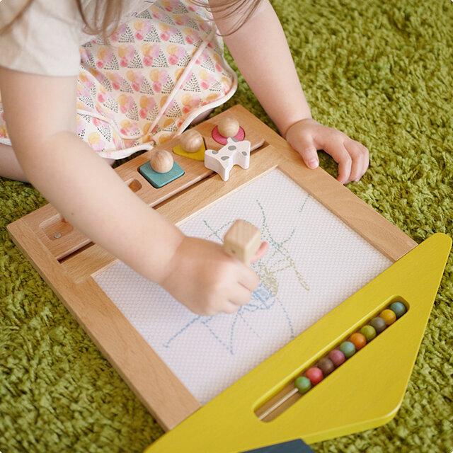 付属品のペンや、○(まる)△(さんかく)□(しかく)のスタンプで自由にお絵かきをしたり、ボードの下に付いているワンちゃんや、ネコちゃんをスライドさせて消したりと、繰り返し何度でも遊ぶ事ができます。