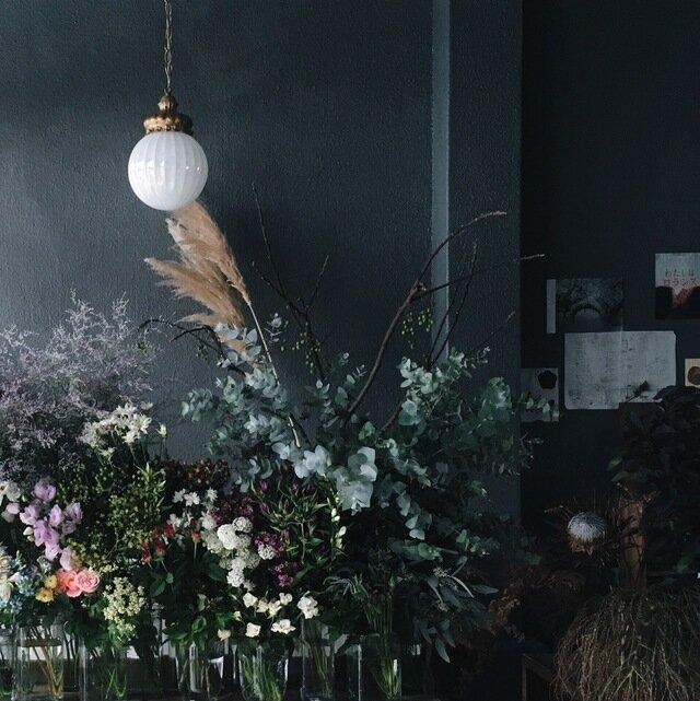 蔵前店。倉庫をリノベーションしたカフェの一角にあり、アンティークを基調とした店内にはノスタルジックな空気が漂います。