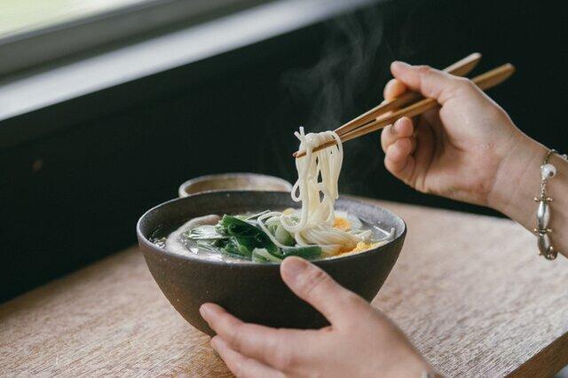 ストレート麺にスープがよく絡みます。