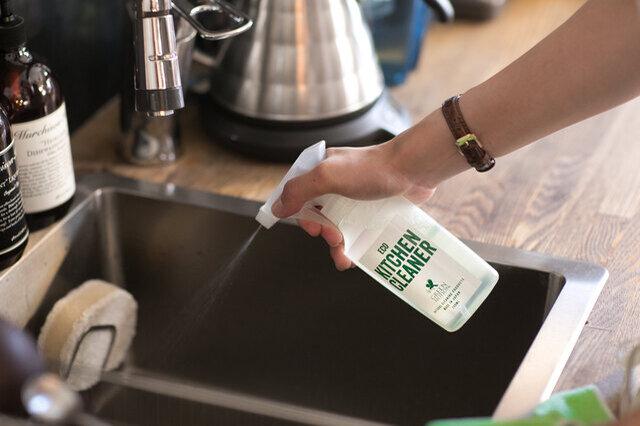 青森ヒバ製油配合で消臭・防虫・抗菌にも効果的 ヒノキの一種である青森ヒバのエッセンシャルオイルを配合。油汚れだけでなく、コンロやグリルの気になる臭いにも効果的です。まな板の除菌はもちろん、色んなキッチン用品の除菌にも使用できます。