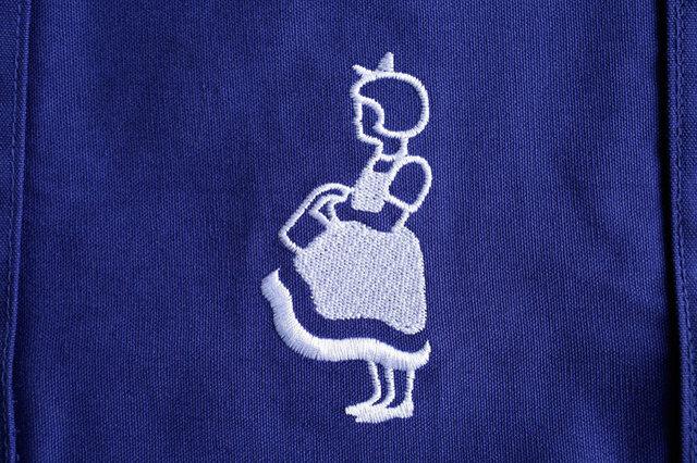 現在は、イヤマちゃんの横顔のアップがロゴとして使われているものが多いなか、 このバッグのように全身が刺繍されているものはめずらしく、イヤマちゃん好きの方にはぜひおすすめです。 裏表両方にイヤマちゃん刺繍が施されています。